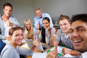 Studenten halten Daumen hoch in der Universität